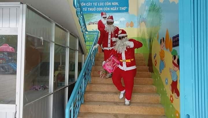 Bé vui giáng sinh cùng Ông Già Noel