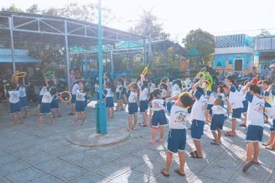 Trẻ tham gia hoạt động thể dục sáng tại trường